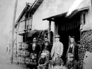 創始者 渋谷勇二(中央) 一番倉の前で