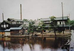 栗の木川には渋谷商店の船がつながれている。